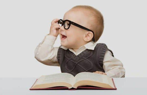 baby studeert nieuwe leerling