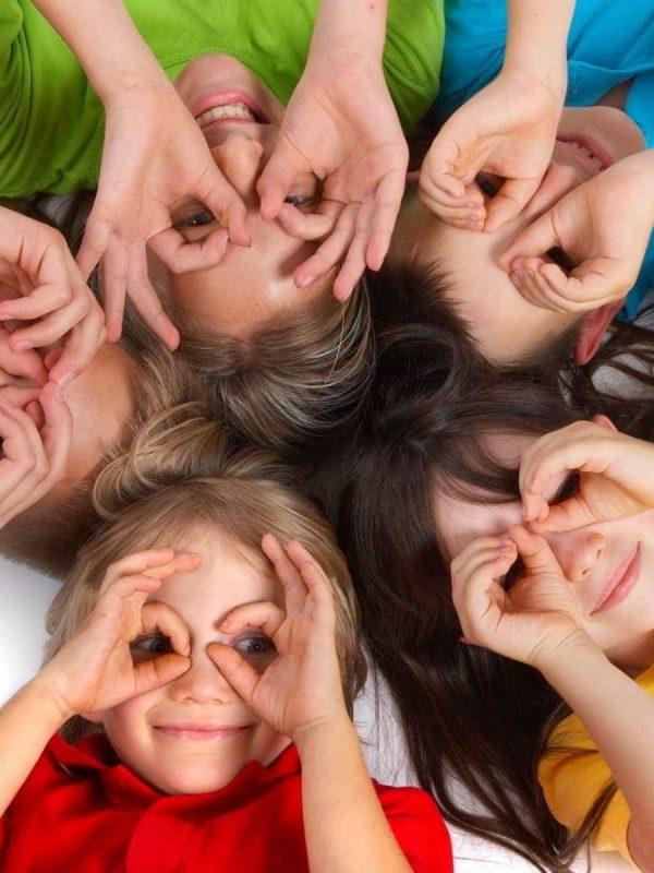 kinderen kijken door hand vingers bril